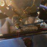 5. Enlever la durite de l'assistance de frein si présenteainsi que les ressorts de rappel d'accélérateur