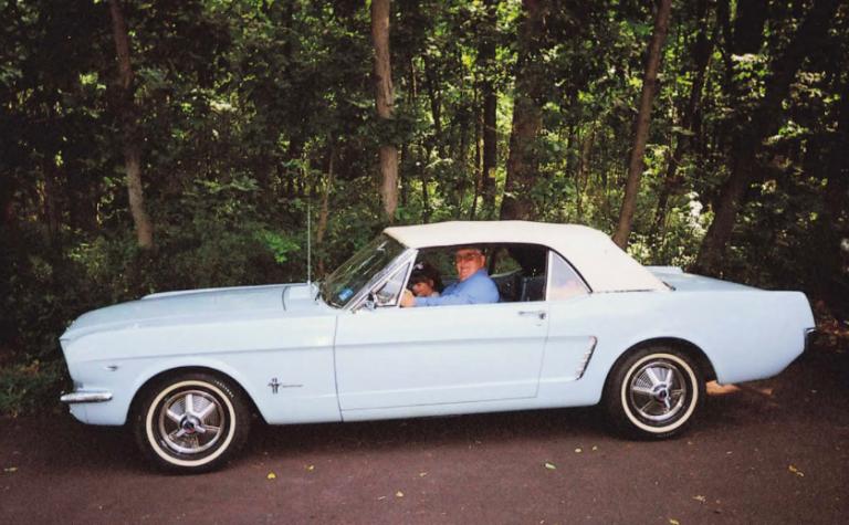Ronald Hermann, en 2007, au volant de sa Mustang 64 1/2, accompagné par sa petite fille.