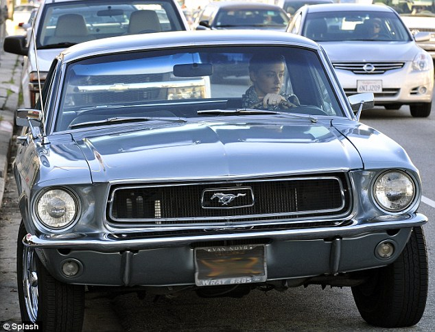 L'actrice conduisant sa Ford Mustang. Crédits photo : Splash