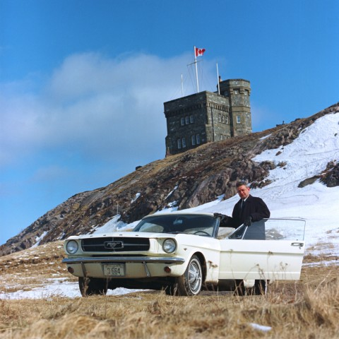 Le Capitaine Stanley Tucker de St. Johns, Terre-Neuve avec sa Ford Mustang 1965, copyright Ford.