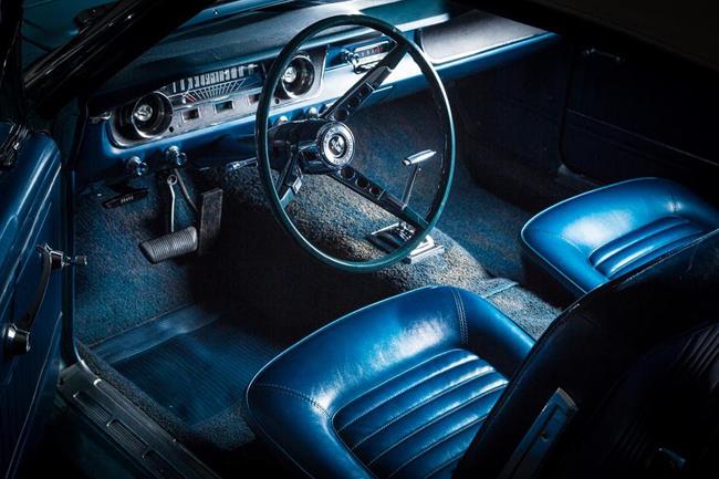 Le superbe intérieur laisse apparaître le compteur typique des modèles 65.