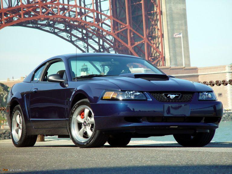 Une Mustang édition 2001 de couleur bleue.