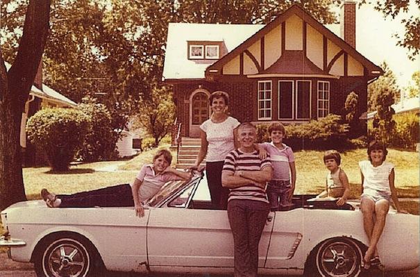 La famille Wise au complet avec leur Mustang 65