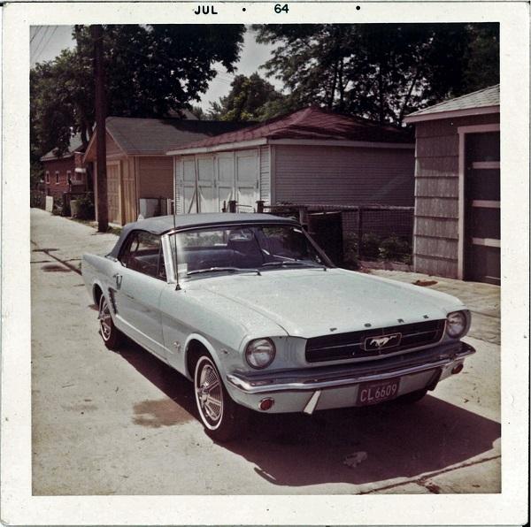 Une photo d'époque de la Mustang 64 1/2 de Gail Brown
